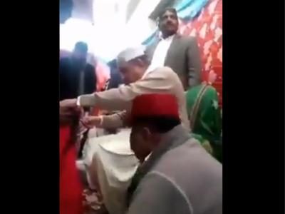 महिलाओं के बाल काटते पाकिस्तानी विदेश मंत्री