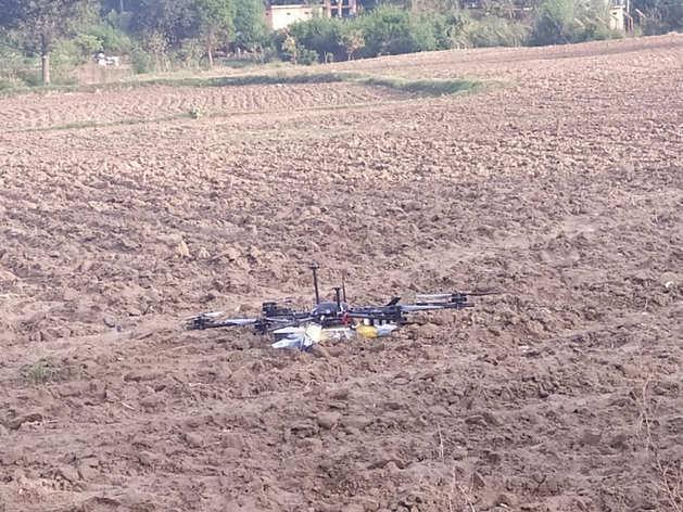 आसमान से भारतीय इलाके में हथियार पहुंचा रहा पाकिस्तान, बीएसएफ ने पकड़ा बंदूक लेकर जा रहा ड्रोन