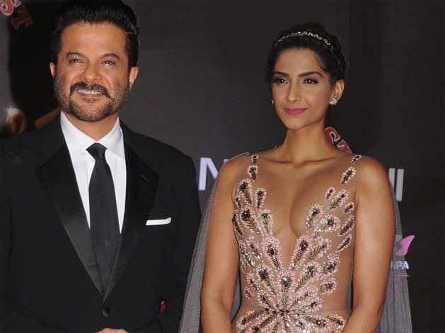 Bollywood Gossip- जब सोनम कपूर के कपड़े देख लोग हो गए आग-बबूला