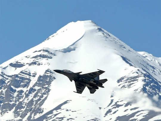 लद्दाख में उड़ान भरता वायुसेना का फाइटर एयरक्राफ्ट