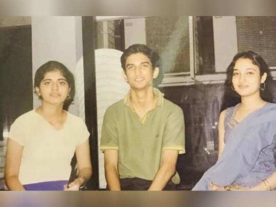 दोस्तों के साथ सुशांत सिंह राजपूत
