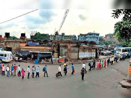 People of Kolkata facing huge problem in road as bus, auto and taxis are not available
