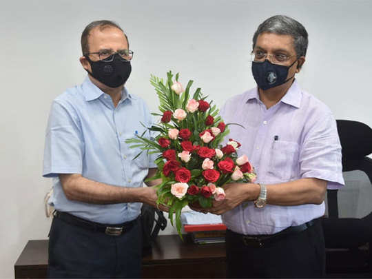 अजोय मेहता यांच्याकडून पदभार स्वीकारताना संजय कुमार