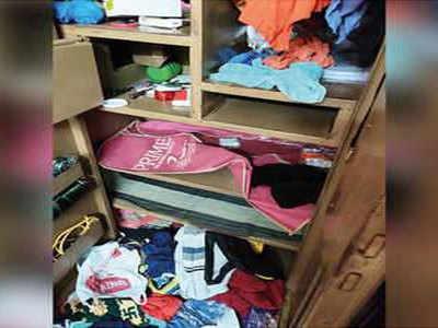 चोरी के बाद घर में बिखरा सामान