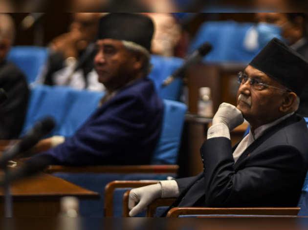 नेपाल राजनीति में हलचल: पार्टी तोड़ें या इस्तीफा दें, ओली के सामने क्या-क्या विकल्प