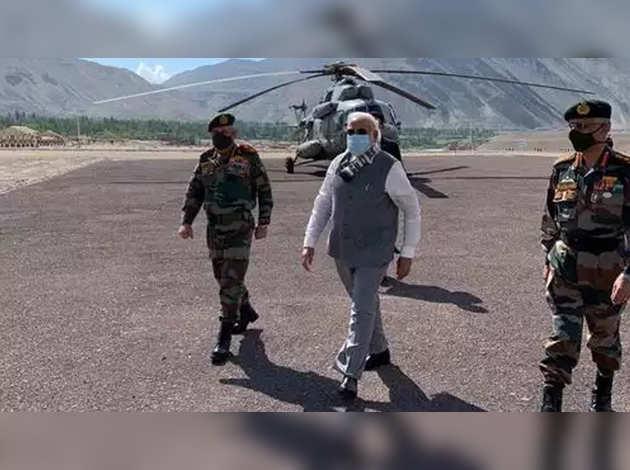 एलएसी तनाव: पीएम नरेंद्र मोदी सीडीएस बिपिन रावत के साथ लेह पहुंचे