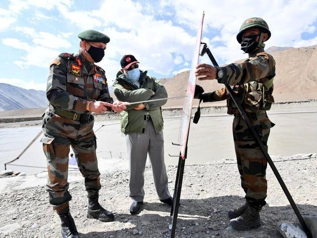 प्रधानमंत्री नरेंद्र मोदी को नक्शा समझाते सीडीएस बिपिन रावत
