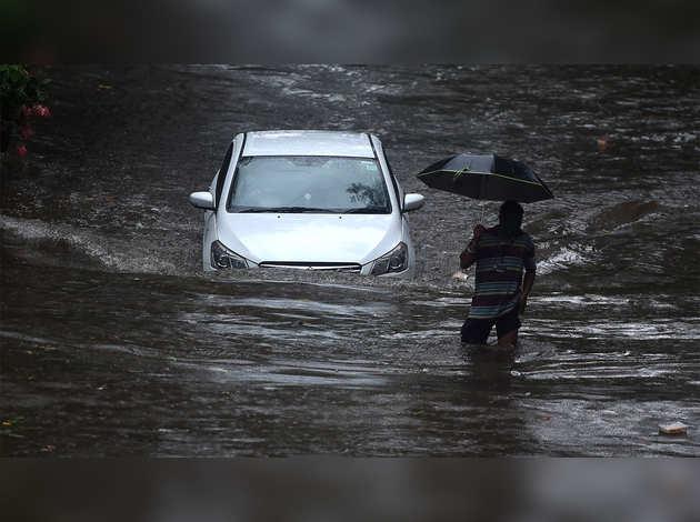 भारी बारिश के कारण मुंबई के कई इलाकों में पानी भरा