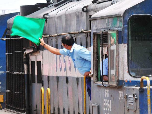 रेलवे ने कहा- 'नहीं जाएगी किसी की नौकरी, कुछ लोगों का बदलेगा जॉब प्रोफाइल'