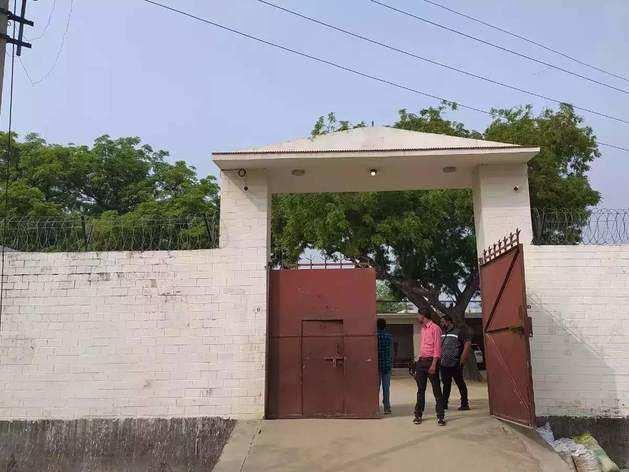 विकास दुबे का किलेनुमा घर बिकरू गांव में स्थित है, जहां से उसने पुलिस पर गोली चलाई थीं। घर में आने-जाने के रास्तों पर सीसीटीवी कैमरे लगे हैं। छत पर जाने के दो रास्ते हैं। घर के चारों तरफ आंगन के अलावा 12 फुट ऊंची दीवारों पर कंटीली बाड़बंदी भी कराई गई थी। कुल मिलाकर पूरा घर किसी किले से कम नहीं था।