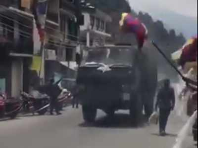 भारतीय सेना का स्वागत करते तिब्बती