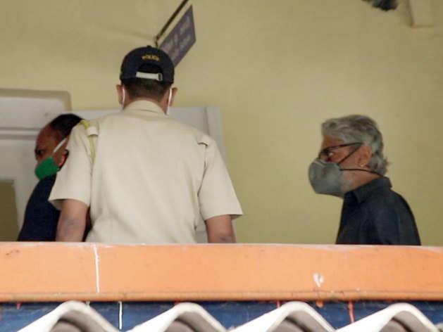 बांद्रा पुलिस स्टेशन पहुंचे संजय लीला भंसाली (फोटो: Yogen Shah)