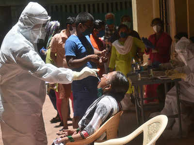 कोरोना वायरस जांच करते स्वास्थ्य कर्मचारी (file)