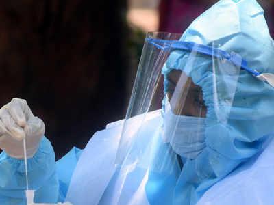 कोरोना टेस्ट करता एक स्वास्थ्य कर्मी