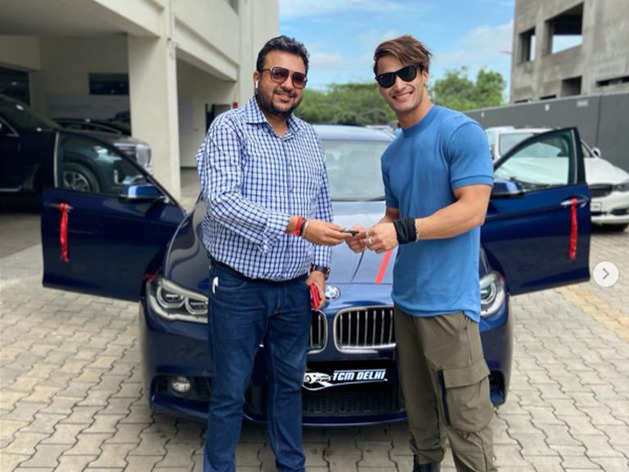 अपनी स्पॉर्ट्स कार के साथ आसिम रियाज (Instagram@asimriaz77.official)