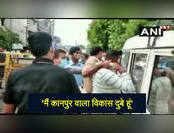 पुलिस अधिकारी के थप्पड़ के बाद शांत हो गया विकास दुबे, देखें वीडियो