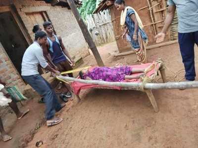 चारपाई पर महिला को अस्पताल ले जाते परिजन