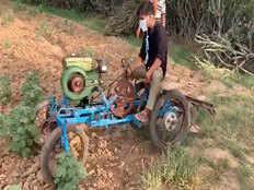 वीडियो: लॉकडाउन में लड़के ने जुगाड़ से घर पर ही बना दिया 'सस्ता ट्रैक्टर', आ सकता है किसानों के काम