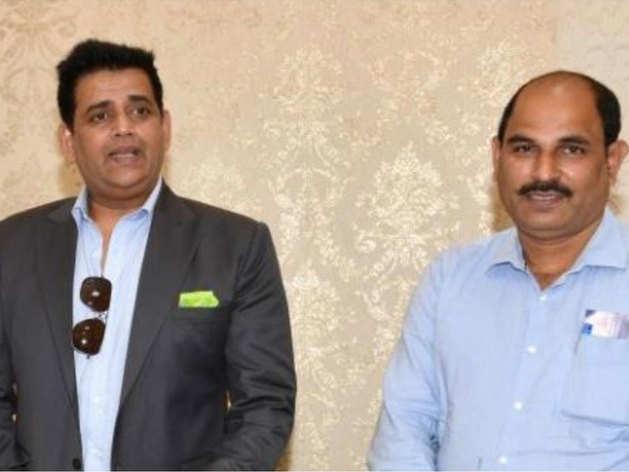 पीए के साथ रवि किशन (तस्वीर-सोशल मीडिया)