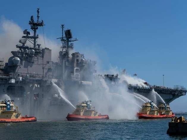 सैन डियागो में 43 घंटे से जल रहा युद्धपोत, बुझाने में छूटे अमेरिका के पसीने