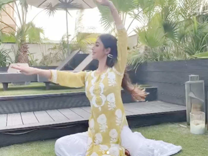 video mouni roy sensuous dancing to aishwarya rai song taal se taal mila leaves fans wanting for more
