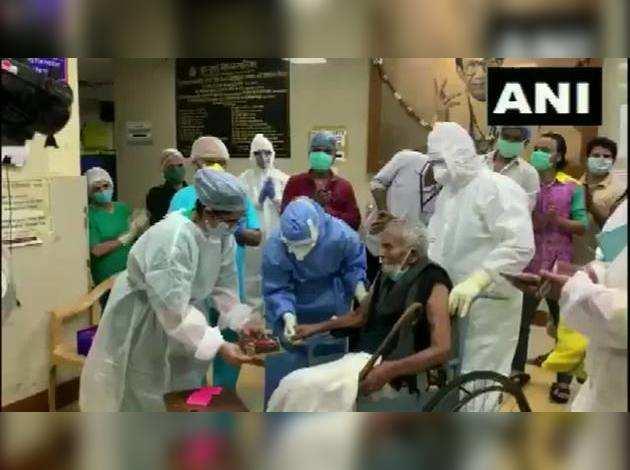 101 साल के बुजुर्ग ने दी कोरोना को मात, अस्पताल ने यूं मनाया बर्थडे