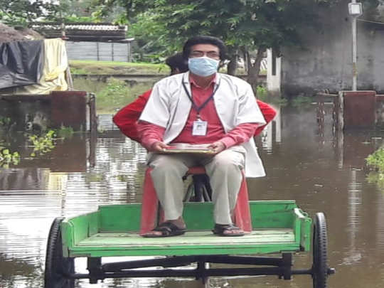 doctor moving to hospital on handcart in bihar for corona fighting