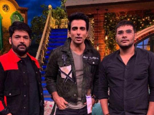 शो की शूंटिग के दौरान कपिल शर्मा के साथ सोनू सूद और उनके दोस्त अजया धामा
