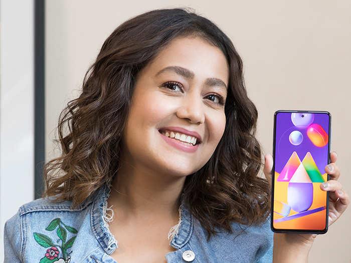 Neha Kakkar कुछ मजेदार कर रही हैं! पता लगाएं कैसे #MonsterShot Samsung Galaxy M31s से उन्होंने बोरियत को रोमांच में बदला