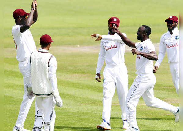 केमार रोच ने झटके 2 विकेट