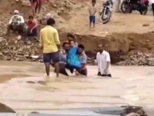 बाढ़ के पानी में पहुंचाया गया अस्पताल