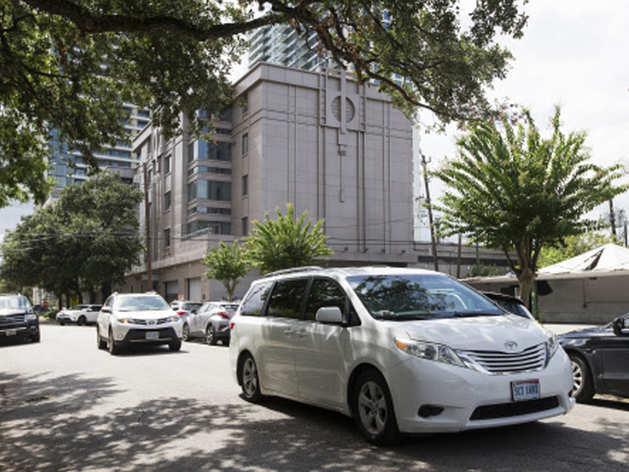 दूतावास छोड़ते अधिकारी