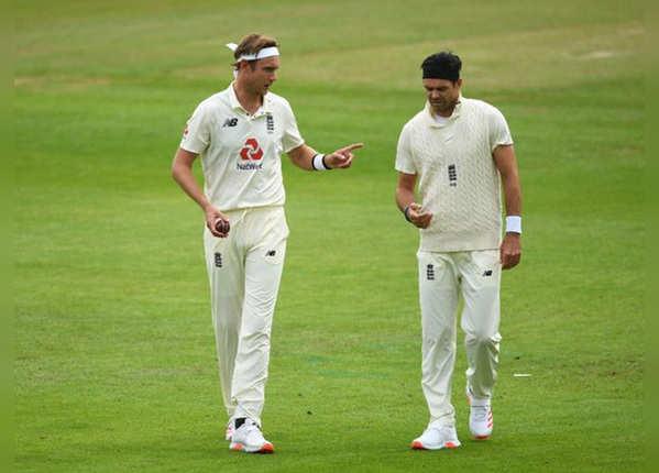 इंग्लिश तेज गेंदबाजों का उम्दा प्रदर्शन
