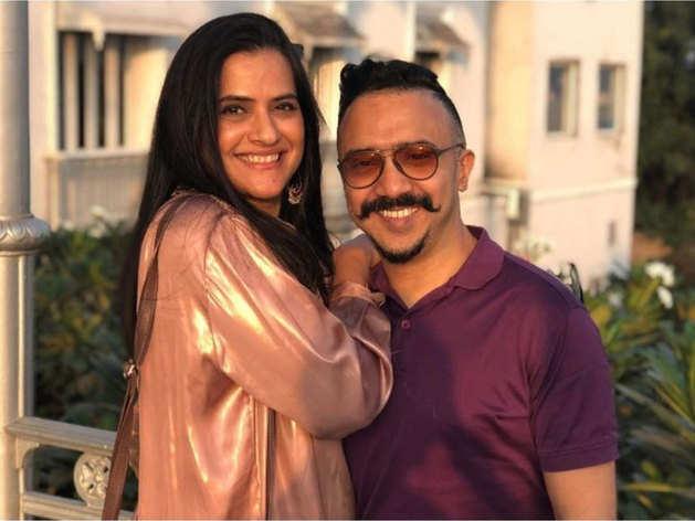 अपने पति म्यूजिक डायरेक्टर राम संपत के साथ सिंगर सोना महापात्रा