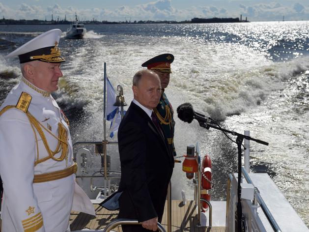 रूस नेवी डे: 200 युद्धपोत, हाइपरसोनिक मिसाइलें, व्लादिमीर पुतिन ने दुनिया को दिखाई ताकत