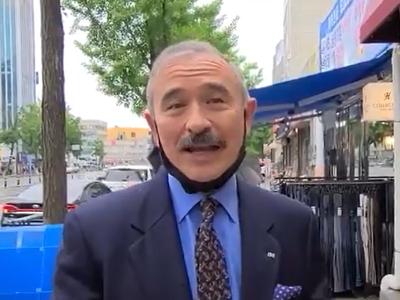 अमेरिकी राजदूत ने अपनी मूंछें साफ कराई