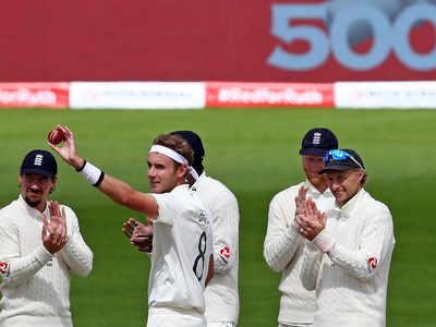 विकेट लेने के बाद गेंद दिखाते स्टुअर्ट ब्रॉड