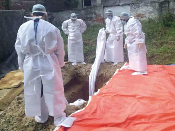 शव दफनाने मुस्लिम लोग