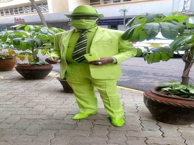 फनी फोटोज: शख्स एकदम हरा-हरा हो गया