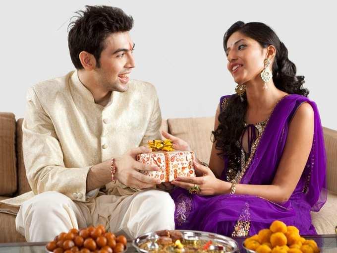 Raksha Bandhan 2020 Gift रक्षाबंधन : राशींनुसार बहिणींना द्या या भेटवस्तू; मिळवा उत्तम लाभ