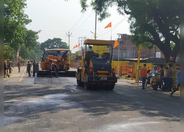 सड़कें भी हो रही हैं दुरुस्त