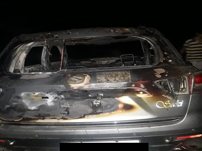 गाड़ी में लगाई आग