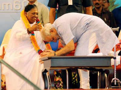 माता अमृतानंदमयी का आशीर्वाद लेते प्रधानमंत्री नरेंद्र मोदी। (फाइल फोटो)