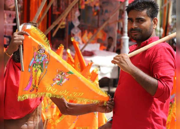 धर्म ध्वजा और हर ओर जय श्री राम