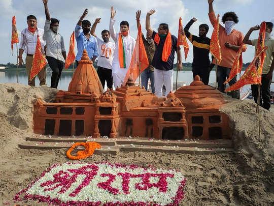 संगम की रेती से बना मंदिर का मॉडल