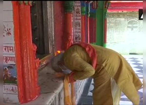 हनुमानगढ़ी में भगवान के सामने झुके