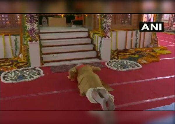 Video-रामलला को प्रधानमंत्री मोदी ने किया 'साष्टांग प्रणाम', देखें वीडियो