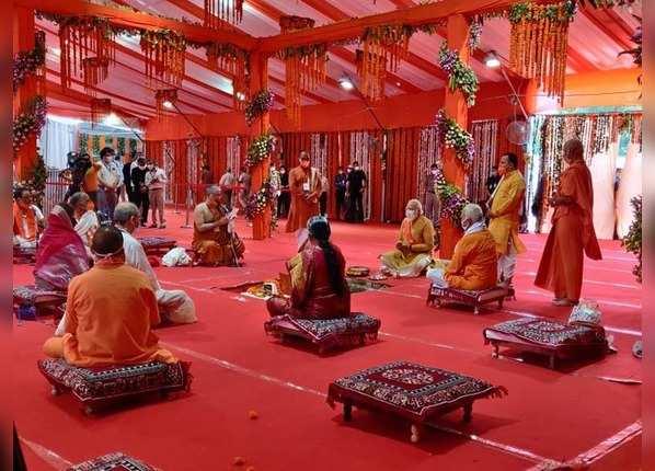 पीएम मोदी ने रखी मंदिर निर्माण की नींव
