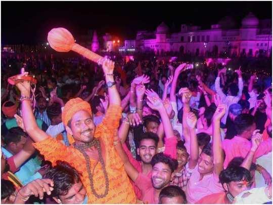 ram mandir: after bhoomi pujan diwali in ayodhya, cm yogi adityanath burst firecrackers