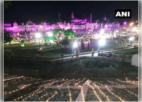 अयोध्या में हर तरफ मनाई जा रही दिवाली